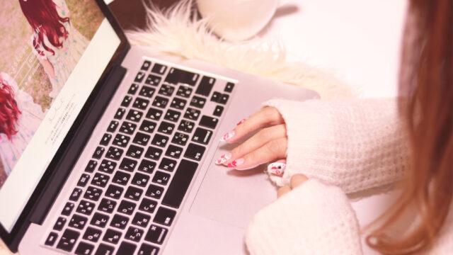 パソコンをする女の子